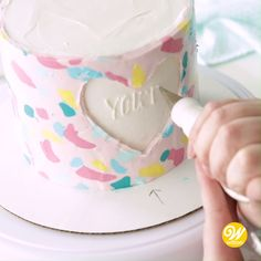 Watch and learn how to wrap your cake in a buttercream hug with this Buttercream Transfer Heart Cake Cake Decorating Frosting, Cake Decorating Techniques, Cake Decorating Tutorials, Drip Cakes, Cake Writing, Painted Cakes, Dessert Decoration, Christmas Desserts, Christmas Wrapping