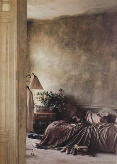 Love this muted grey color for the walls ~ BOISERIE & C.: Muri delabré sospesi tra ricercatezza settecentesca e décor minimalista Wabi Sabi, Distressed Walls, Ivy House, Faux Painting, Interior Decorating, Interior Design, Textured Walls, Painting Techniques, Interior And Exterior