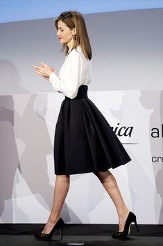 Letizia: año nuevo, 'look' de estreno Reina Letizia: año nuevo, 'look' de estrenoReina Letizia: año nuevo, 'look' de estreno Office Fashion Women, Work Fashion, Fashion Outfits, Womens Fashion, Elegant Outfit, Elegant Dresses, Look Formal, Laetitia, Business Casual Dresses