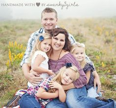 family photo ideas with small kids   Love this pose for a family with small children   Photo Ideas - Family