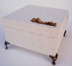 Caixa em MDF revestida em LESE marfim elaboradas para lembrança de casamento, batizado, 15 anos e etc. 1 Caixa em MDF 16cm por 16cm e 8,0cm de altura com dobradiça, revestida em LESE marfim formando compose por dentro e por fora, nas cores a escolher + acabamento em fita de cetim + mensagem personalizada na parte interna da tampa + pés em metal. As estampas podem ser trocadas pela cor de sua preferência, assim como o estilo de decoração das caixas também. VALOR REFERENTE A VENDA POR ...