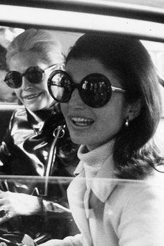 Le style Jackie Kennedy: avec des grosses lunettes de soleil - EN IMAGES. Jackie Kennedy, le style mythique d'une icône - L'EXPRESS