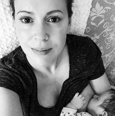 Wunderschön! Alyssa Milano zeigt sich ungeschminkt beim Stillen von Tochter Elizabella - Intimer Schnappschuss der schönen Schauspielerin
