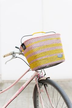 Woven Bike Basket - You'll have the coolest ride on the block with this pretty basket. Creative Crafts, Diy Crafts, Diy Planters, Used Iphone, Crafty Projects, Craft Tutorials, Ikea Hacks, Diy Tutorial, French