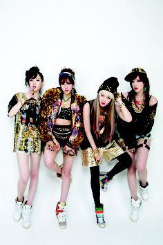 T-ara I love the pattern mixing! T-ara always has unique fashion. Unique Fashion, Urban Fashion, Trendy Fashion, South Korean Girls, Korean Girl Groups, Snsd, Tokyo Street Style, Korean Entertainment, Street Dance