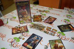 A játék célja, hogy a karakterek képességeinek segítségével összegyűjtsetek 13 aranyat.  Külföldön Mascarade néven elterjedt szuper házibuli játék. Előnye, hogy akár ketten és akár 13-an is lehet játszani. A legkedveltebb 100 partijáték között szerepel előkelő helyen. Gyorsan megtanulható, izgalmas kártyajáték baráti társaságok részére. Games, Chain, Gaming, Game