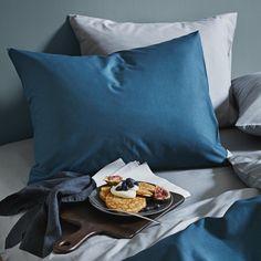 It's finally weekend! That definitely calls for breakfast in bed. 🥞🥐☕️ #HMHome #breakfastinbed