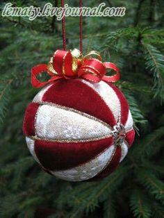 Christmas ornament DIY (Styrofoam) No English but great photo tutorial for really beautiful ornaments. Quilted Christmas Ornaments, Fabric Ornaments, Christmas Fabric, Christmas Baubles, Christmas Holidays, Ornament Crafts, Christmas Projects, Holiday Crafts, Navidad Diy