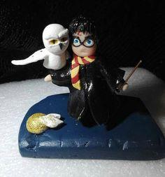 Sono felice di condividere l'ultimo arrivato nel mio negozio #etsy: statuina di Harry Potter con gufo Edwige http://etsy.me/2CgAPSE