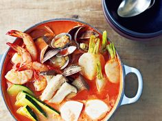 この季節、毎日でも食べたい鍋。でも、味に飽きてしまう...。そんなときは海外の鍋料理がおすすめ♪海外にも美味しい鍋料理があるんですよ。海外に行かなくてもお家で本格的な味を再現できますよ。お家で海外の味を作ってみませんか?