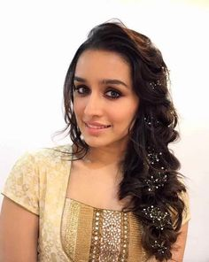 Check out latest photos of Shraddha Kapoor's hairstyle will inspire you to change your hairstyle. Bollywood Actors, Bollywood Celebrities, Bollywood Fashion, Sraddha Kapoor, Arjun Kapoor, Beautiful Bollywood Actress, Beautiful Indian Actress, Ladies Suits Indian, Shraddha Kapoor Cute