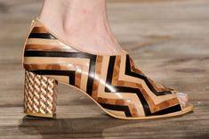 O sapato de marchetaria chega na loja da Luiza Perea