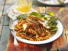 Pastasalat mit Hühnchen, Tomaten und Basilikum ist ein Rezept mit frischen Zutaten aus der Kategorie Hähnchen. Probieren Sie dieses und weitere Rezepte von EAT SMARTER!