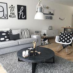 #scandinavianhome  #roundtable #scandinavianstyle #grijswonen #livingroom #sofa #scandichome  #scandicliving  #eamesrocker #eames #kivik #vtwonenbijmijthuis