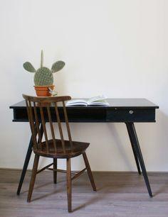 Zwart vintage bureau met tof jaren 50/60 design. Houten retro tafel/desk met lade