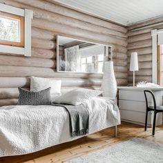 Kuultokäsittely raikastaa hirsiseinät Log Homes Exterior, Modern Log Cabins, Cottage Renovation, Cottage Plan, Country Interior, Log Cabin Homes, House With Porch, Cottage Interiors, Bedroom Wall