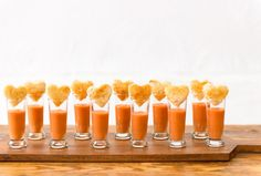 Comfort food keeps guests comfortable. Check out these heart shaped grilled cheese bites with tomato soup shots! Mini Appetizers, Finger Food Appetizers, Wedding Appetizers, Tapas, Grilled Cheese With Tomato, National Grilled Cheese Day, Reception Food, Wedding Reception, Food Displays