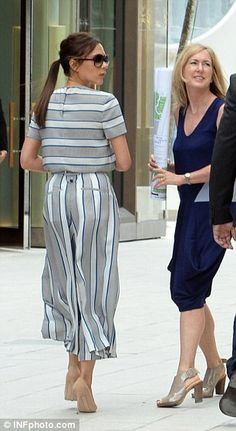 Victoria Beckham looks chic as she hunts for new store in Miami Fashion Line, Fast Fashion, Modest Fashion, Boho Fashion, Fashion Dresses, Fashion Design, Mode Victoria Beckham, Classy Outfits, Chic Outfits