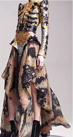 Korean Fashion Tips Alexander McQueen-He was a brilliant designer. Glad to know his art is living on - Alexander McQueen-He was a brilliant designer. Glad to know his art is living on - Look Fashion, Fashion Art, High Fashion, Womens Fashion, Fashion Design, Trendy Fashion, Fashion Black, Baroque Fashion, Floral Fashion