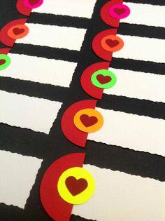 BORDKORT Hjertedekoration i rød og 5 forskellige neonfarver. 10 stk. 65,- kr. www.jannielehmann.dk