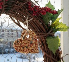 Robin (who has the perfect name) from Robin's Nesting Place  posted recently the most beautiful winter bird feeder wreaths that she made....