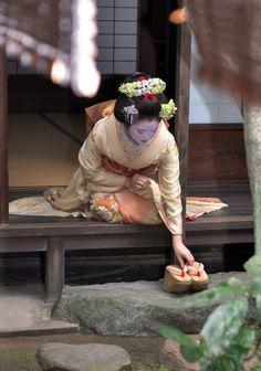 芸妓さんと舞妓さんのブログ (March maiko Hinayuu of Gion Higashi by Kyoto. Geisha Japan, Geisha Art, Geisha Book, Japanese Kimono, Japanese Art, Japanese Beauty, Asian Beauty, Memoirs Of A Geisha, Turning Japanese