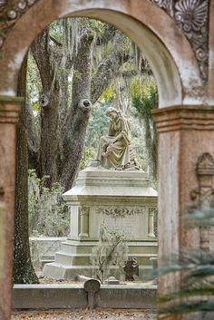 Bonaventure Cemetary, Savannah, Georgia -> just find a bench, sit down and eating some pralines ;) This is a beautiful cemetery! Recoleta Cemetery, Bonaventure Cemetery, Statues, Savannah Georgia, Savannah Chat, Georgia Usa, Savannah Tours, Ga Usa, Between Two Worlds