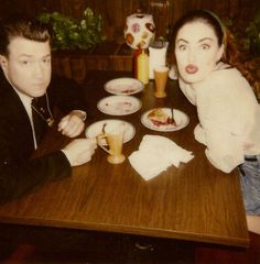 Priceless photo of David Lynch and Mädchen Amick behind the scenes of Twin Peaks at the Double R Diner