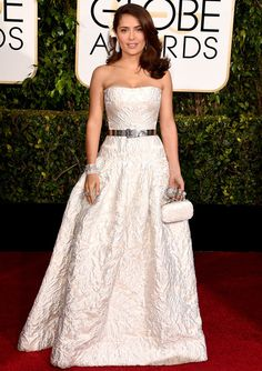 Salma Hayek con vestido blanco roto de falta evasé y escote palabra de honor con ligera forma de corazón con relieve de Alexander McQueen.