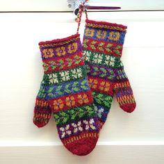 Etter at jeg hadde strikket Nördic Knittings Mysteriemössan , fikk jeg lyst på et par votter også, jeg syns mønsteret var så fint. Så da str...