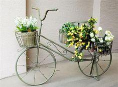 No quintal e no jardim Bike Decorations, Flowers Decoration, Bike Planter, Metal Bender, Coffee Flower, Bicycle Decor, Splash Photography, Old Bikes, Wire Crafts