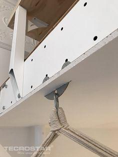 Vista en detalle de una Entreplanta TM15 Blanca, con un falso techo de escayola y un Colgador Uno