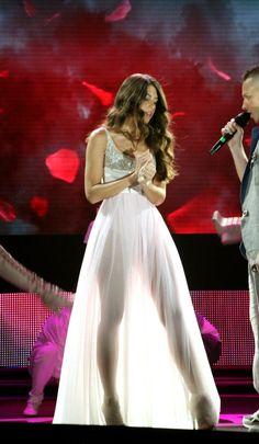 Ρομαντική Demy, σε ρομαντικό μακρύ λευκό φόρεμα το οποίο όμως δε παύει να είναι σέξι καθώς με τη διαφάνεια της φούστας φαίνονται τα καλλίγραμμα πόδια της νεαρής τραγουδίστριας. Music Awards, Photo Galleries, Formal Dresses, Mad, Fashion, Dresses For Formal, Moda, La Mode, Fasion