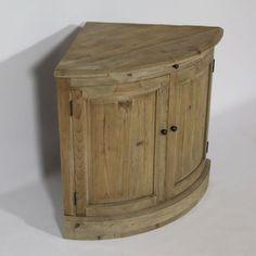 Ce meuble d'angle bas en pin recyclé comblera avec charme les espaces inoccupés de votre intérieur. Dimensions (HxLxP) : 80 x 64 x 64 cm.