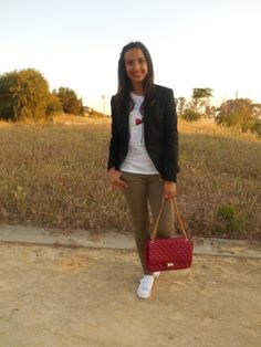 http://unachicasual.blogspot.com.es/2014/05/casual-formal.html  fashionblogger, moda, style, fashion, bolso, bag, rojo, red, camiseta, tee, blazer, zara, lefties, deportivas, sneakers, primark, khaki, ootd, look, outfit, inspiration, girl