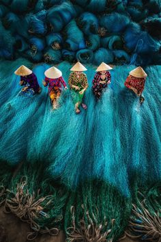 Ladies making fishing nets~Vietnam Its A Mans World, We Are The World, People Of The World, Culture Art, Animated Gifs, Art Asiatique, Foto Art, Vietnam Travel, Pics Art
