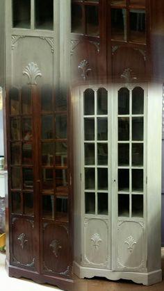 Antes de madera oscura,  vitrina / aparador con puertas a casetones y cristales restaurada con un decapado en tonos claros. www.candini.com #Candini #Muebles #Vitrina #Aparador #Restauración #decapado #EstiloProvenzal #EstiloClásico
