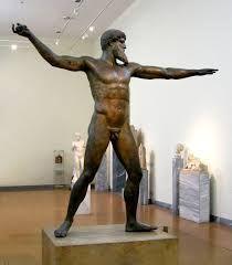 Zeus (o Poseidon) di Capo Artemisio; ca 460 a.C.; statuetta di bronzo a tutto tondo; rinvenuto nei fondali del mare di Capo Artemisio, a nord dell'isola di Eubea; Museo Archeologico Nazionale di Atene.   Il dio, nell'atto di lanciare un fulmine (o il tridente) si piega sulle gambe in posizione bilanciata.