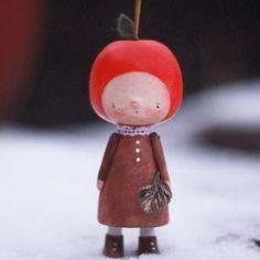 яблочко зимнее. Пепин Шафранный :) у неё сзади червоточинка есть как у настоящего вкусного яблочка. света катастрофически не хватаааает. как же быстро темнеет.  #деревяннаяигрушка #woodentoy