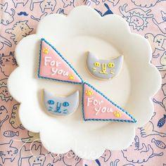 ・ ニャーニャーニャー フォーユー ・ ・ #アイシングクッキー #icingcookies #icingcookie #クッキー #cookies #handmade #手作りお菓子 #sugarcookies #decoratedcookies #70cookie #猫 #肉球 #foryou