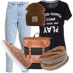 Quando non sai cosa metterti e vai a sbirciare nellarmadio del tuo ragazzo per prendere qualcosa in prestito. T-shirt nera, jeans boyfriend strappato, sneakers Vans, zainetto, berretto della Carhartt. Outfit sportivo e comodo.
