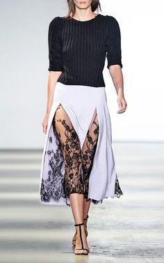 A fenda da saia com uma camada de renda por baixo é um truque de styling que pode ser feito com aquela camisola Fruit de la Passion que você tem: