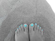 My foot. I miei piedi. Smalto colorato. Colorful nail laquer. Spiaggia. Beach. Estate. Summer. Mare. Sea. Photo by me, AngelaRizzo.