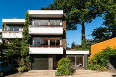 Norman Starrett modernist townhouse in Chislehurst, Kent - WowHaus Townhouse Exterior, Modern Townhouse, 1960s House, Hill Interiors, Mid Century House, Midcentury Modern, Modern Architecture, New Homes, House Design