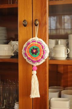 TIENDA DE COSTUMBRES Yarn Crafts, Felt Crafts, Diy And Crafts, Arts And Crafts, Hand Embroidery Designs, Embroidery Stitches, Diy Keychain, Crochet Cross, Needlework