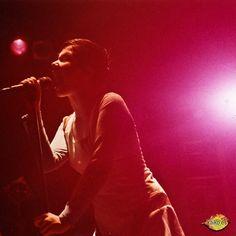 SUGAR CUBES. Björk. (965) Cantante, compositora, y productora islandesa, así como actriz ocasional. Inicialmente fue vocalista del grupoThe Sugarcubes, para después emprender una carrera como solista. Influencia ecléctica de gran variedad de géneros, que van desde la música clásica, folklore y la electrónica, hasta el jazz y el pop.