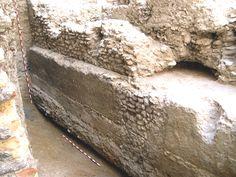 Cimentación de Opus Caementicium de la muralla, lado norte (interior de la ciudad romana) en el número 2-4 de la calle Mártires de Zaragoza