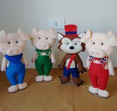 Kit Os Três Porquinhos em feltro.  Acompanha suporte em acrílico, fica em pé sozinho.  Tamanho  Porquinhos: 33 cm  Lobo: 35 cm    **Valor do kit com 4 bonecos**
