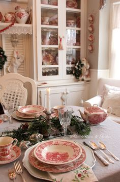 Aiken House & Gardens: Red & White Christmas Tablescape