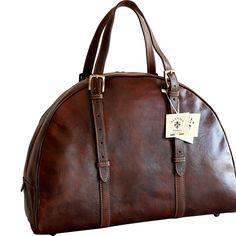 Geanta voiaj din piele naturala, bagaj de mana avion, maro, un compartiment, un buzunar interior inchis cu fermoar, baretele sunt reglabile, inchiderea se face cu fermoar metalic. Made in Italia.  Dimensiuni:48x20x39 cm Natural Leather, Smooth Leather, Pink Luggage, Sensory Bags, Tactical Bag, Rucksack Backpack, Leather Crossbody Bag, Bag Making, Travel Bags